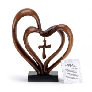 Dos corazones y cruz. Resina. Acabado madera
