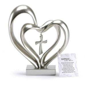 Dos corazones y cruz. Resina. Plateado