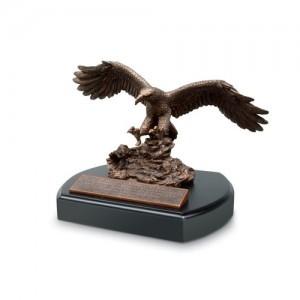 Escultura Aguila. Resina moldeada a mano/MDF