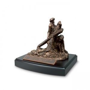 Escultura Jesús y la Cruz (Romanos 5:8). Resina moldeada a mano/MDF