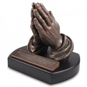 Escultura Manos orando (Filipenses 4:6-7). Resina moldeada a mano/MDF